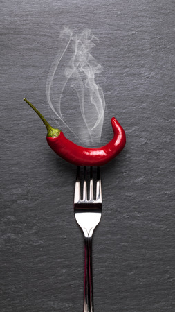grafito: Cocer al vapor la pimienta de chile rojo con un fondo negro grafito