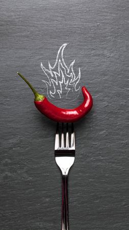 火と黒のグラファイト背景赤唐辛子