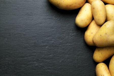 grafito: Patatas con un fondo negro grafito Foto de archivo