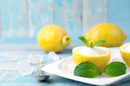 limón: sorbete de limón helado con limones Foto de archivo