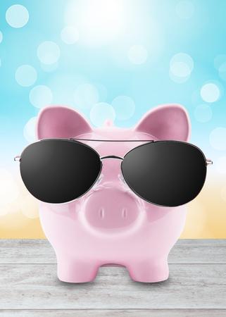 cerdos: hucha con gafas de sol del verano en la playa