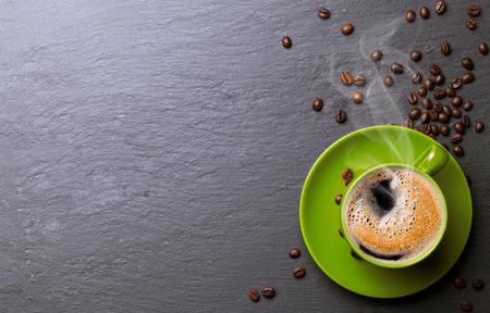 背景がコーヒー豆のコーヒー カップ