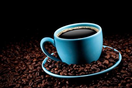 taza de café: taza de café con granos de café  Foto de archivo