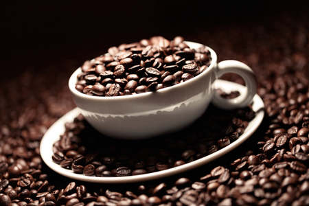 dark coffee cup with coffee beans Imagens