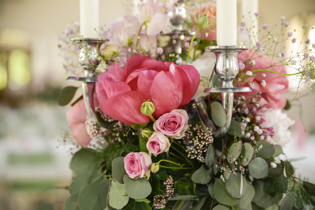 Wedding Guest Dining Table Decorations, Wedding Ceremony Dinner, pastel flowers Stockfoto