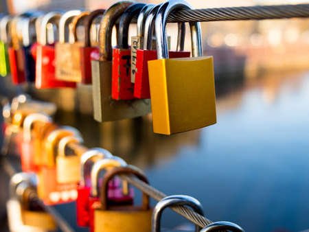 claves: Bloqueos del amor en la barandilla del puente Foto de archivo
