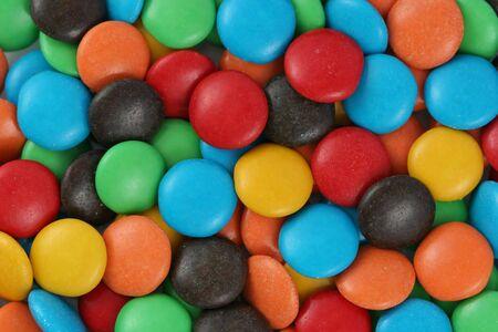 Kleurrijke snoep onder chocolade. Stockfoto