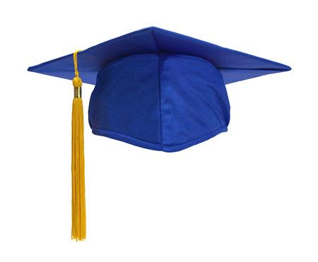 graduacion de universidad: Azul sombrero de graduación con la borla del oro aisladas sobre fondo blanco.