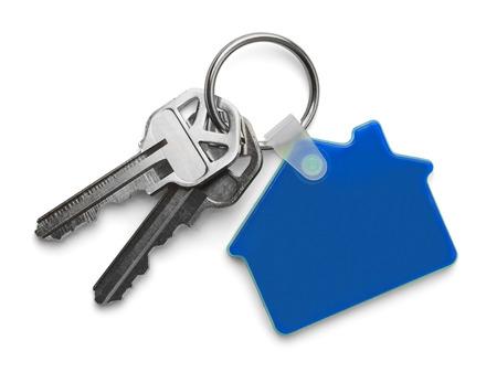 llaves: Claves de la casa con casa azul llavero aislados sobre fondo blanco.