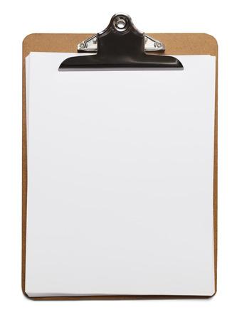 portapapeles: Sujetapapeles marr�n cl�sico con papel blanco en blanco sobre fondo aislado.