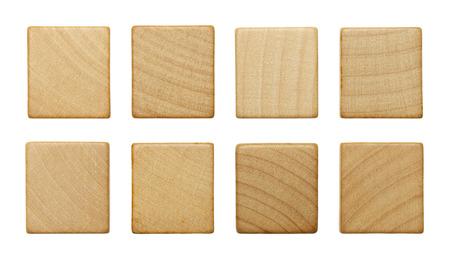 Acht Blank Holz Scrable Stück auf weißen Hintergrund. Standard-Bild - 38260327