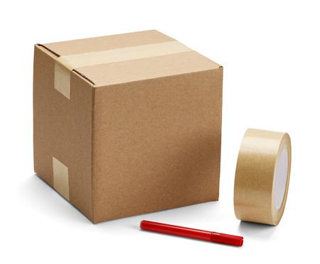 cintas: Caja de cartón marrón con suministros de embalaje en aislados sobre fondo blanco.