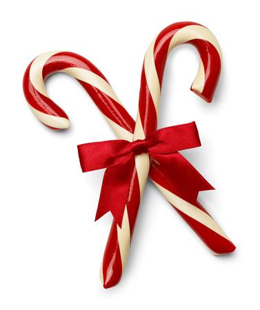 Twee Candycanes Gekruist Met Rood Lint Geïsoleerd Op Een Witte Achtergrond.