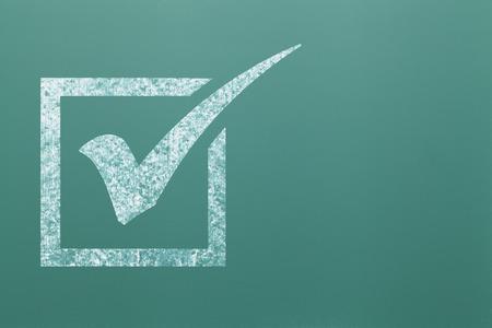 cheque en blanco: Blanca marca de verificación en la casilla en la tarjeta de tiza verde.