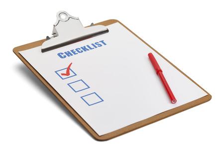 Classic klembord met checklist en rode pen geïsoleerd op witte achtergrond. Stockfoto
