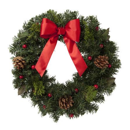 moños navideños: Guirnalda de pino con conos y cinta roja aislados sobre fondo blanco.