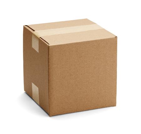 carton: Cuadro cadboard cerrada cerradas con cinta adhesiva y aislado en un fondo blanco. Foto de archivo
