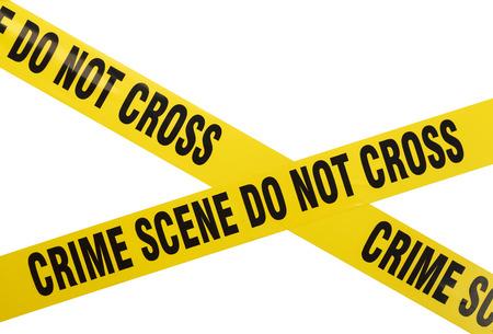 黄色のプラスチックの犯罪シーンは、白い背景に分離したテープを交差させない。