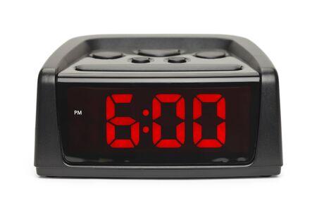 흰색 배경에 고립 된 빨간색 디스플레이와 함께 검은 플라스틱 알람 시계.