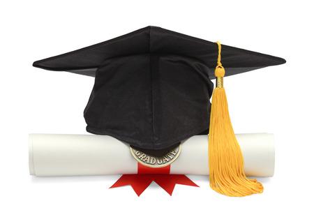 fondo de graduacion: Sombrero de graduaci�n y diploma Vista frontal aislado en fondo blanco.