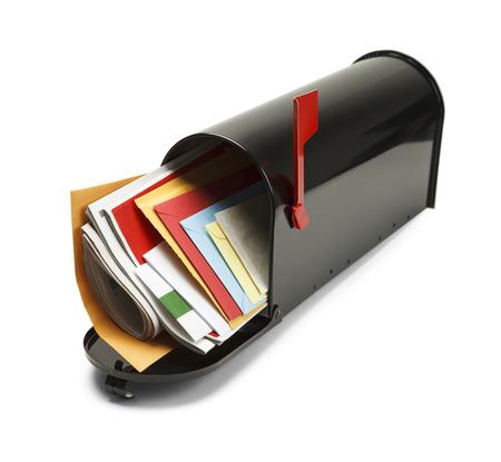 白い背景で隔離のメールでいっぱい黒メールボックスを開きます。