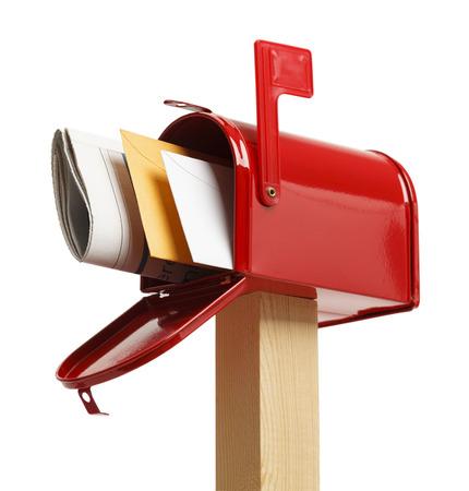 buzon: Buzón rojo con correo aisladas sobre fondo blanco.