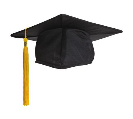 birrete: Negro sombrero de graduación con la borla del oro aisladas sobre fondo blanco.