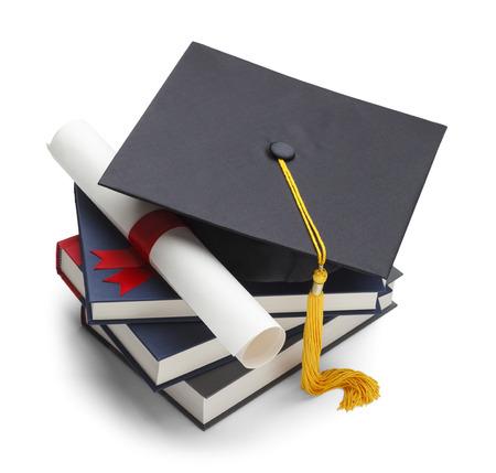 fondo de graduacion: Libros con Casquillo y Grado aislados sobre fondo blanco. Foto de archivo