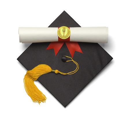 fondo de graduacion: Negro sombrero de graduaci�n con la borla de oro y diploma aisladas sobre fondo blanco.