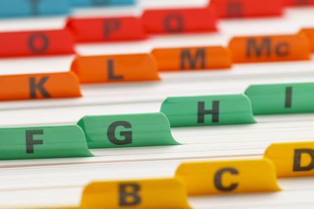アルファベットの色分けされたビジネス カードのファイル システム。