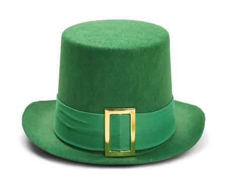 グリーン セント ・ パトリックス ・ デーの先頭帽子白い背景で隔離されたゴールドのバックルを感じた。 写真素材