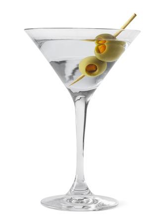 copa martini: Vidrio de Martini y Alcohol con aceitunas verdes aisladas sobre fondo blanco.