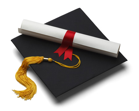 grado: Negro sombrero de graduación con Grado aisladas sobre fondo blanco. Foto de archivo