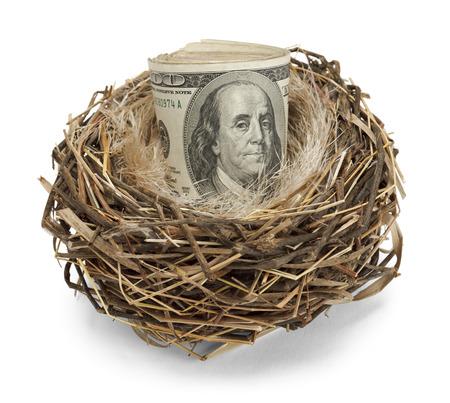 Nid de retraite ?uf d'argent dans un nid isolé sur un fond blanc