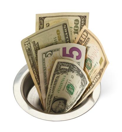 desague: El dinero en efectivo que va abajo de drenaje del fregadero aislada sobre fondo blanco.