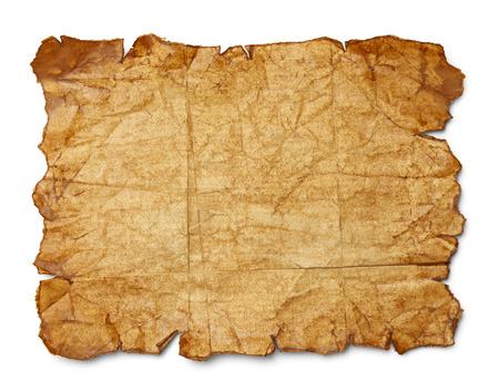 carte trésor: Porté froissé et déchiré vieux papier brun isolé sur fond blanc.