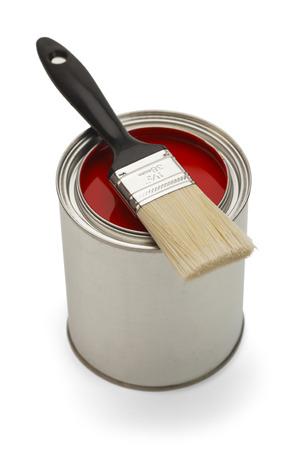 peinture rouge: L'argent peut avec de la peinture rouge et brosse isol� sur fond blanc.