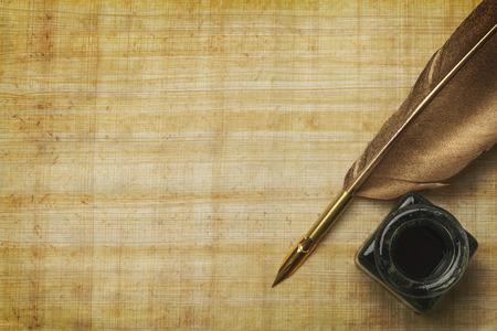 Documentos antiguos y pluma Qill con Bote de tinta Vidrio y espacio de la copia.