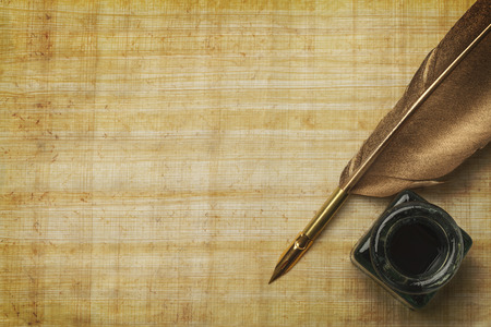 pluma de escribir antigua: Documentos antiguos y pluma Qill con Bote de tinta Vidrio y espacio de la copia. Foto de archivo