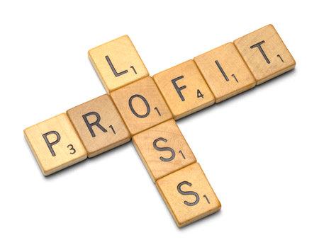 profit or loss: Madera de Pérdidas y Ganancias Scrable piezas aisladas sobre fondo blanco. Editorial