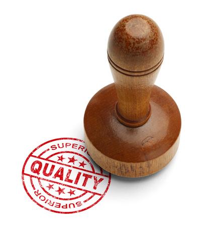validez: Sello rojo de calidad superior con el estampador de madera aislada sobre fondo blanco.