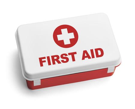 Rojo y blanco de plástico Kit de primeros auxilios Box. Aislado en el fondo blanco.