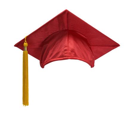 graduacion: Red sombrero de graduación con la borla del oro aisladas sobre fondo blanco.