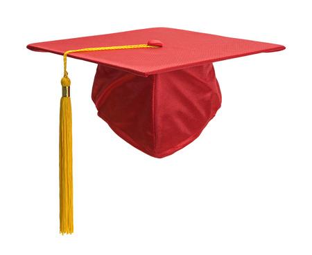 birrete de graduacion: Red sombrero de graduación con la borla del oro aisladas sobre fondo blanco.