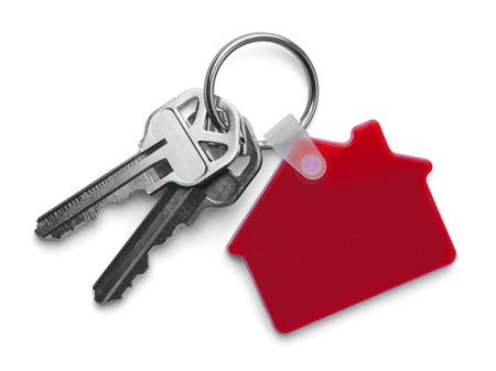 赤家キーチェーン分離白背景と家の鍵。 写真素材