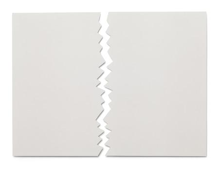 Stuk wit papier gescheurd in de helft geïsoleerd op een witte achtergrond.
