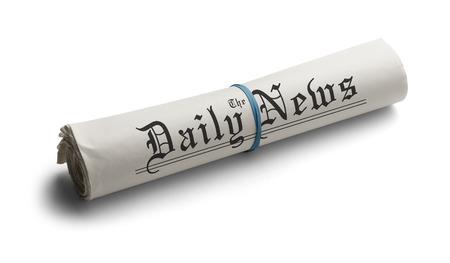 데일리 뉴스의 고무 밴드로 신문을 펴 냈습니다. 흰색 배경에 고립. 스톡 콘텐츠