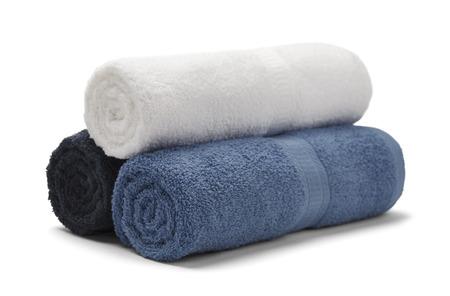 Drei gerollte Handtücher gestapelt auf weißem Hintergrund isoliert. Standard-Bild - 38301145