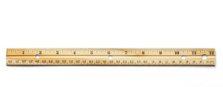 pravítko: Klasické dřevěné pravítko izolovaných na bílém pozadí.