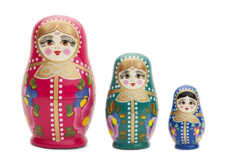muñecas rusas: Tres Muñecas de madera rusas tradicionales aisladas sobre fondo blanco.